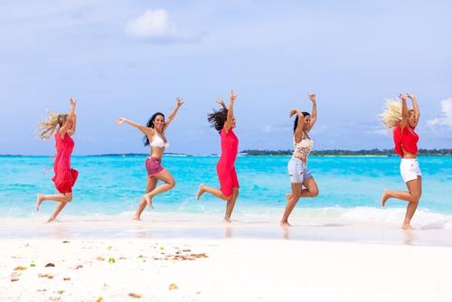blije vrouwen op het strand